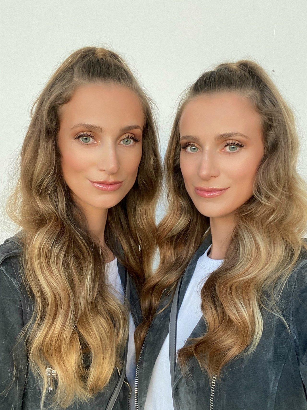 Iza i Ewa Grygo w delikatnym makijażu robią sobie selfie