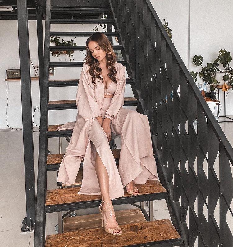 Ania Wendzikowska zamyślona siedzi na schodach