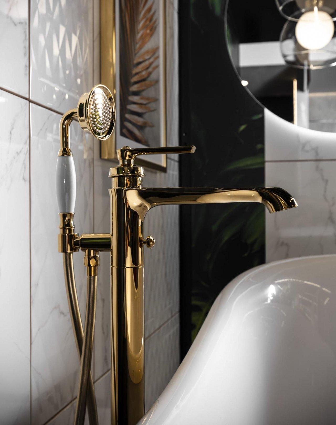 Złota bateria łazienkowa obok białej wanny