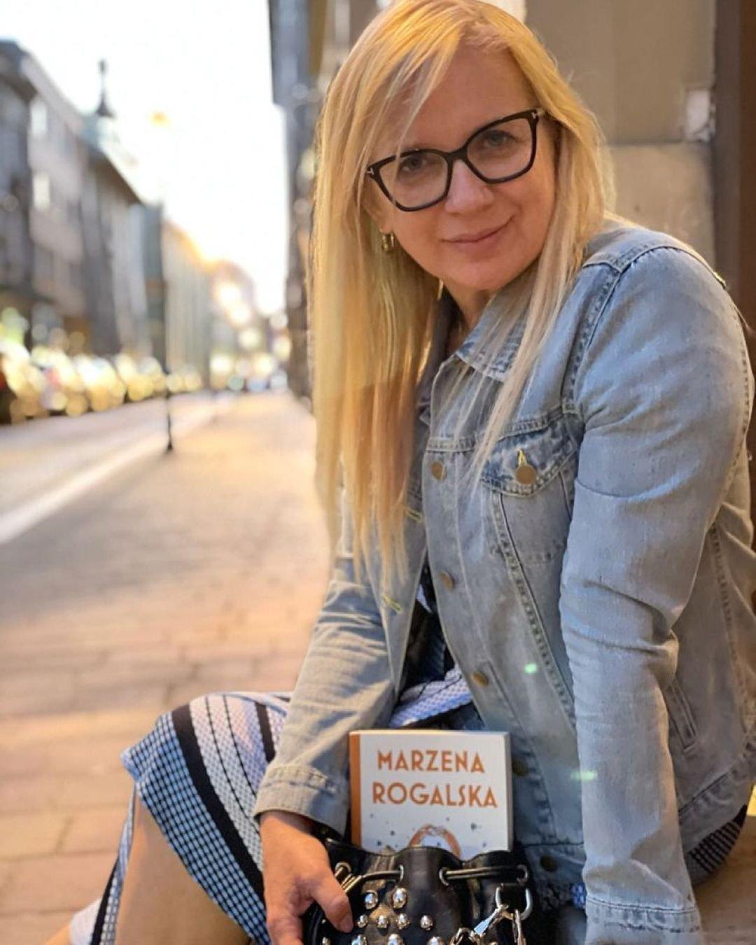 kobieta z torebką w której ma swoją powieść
