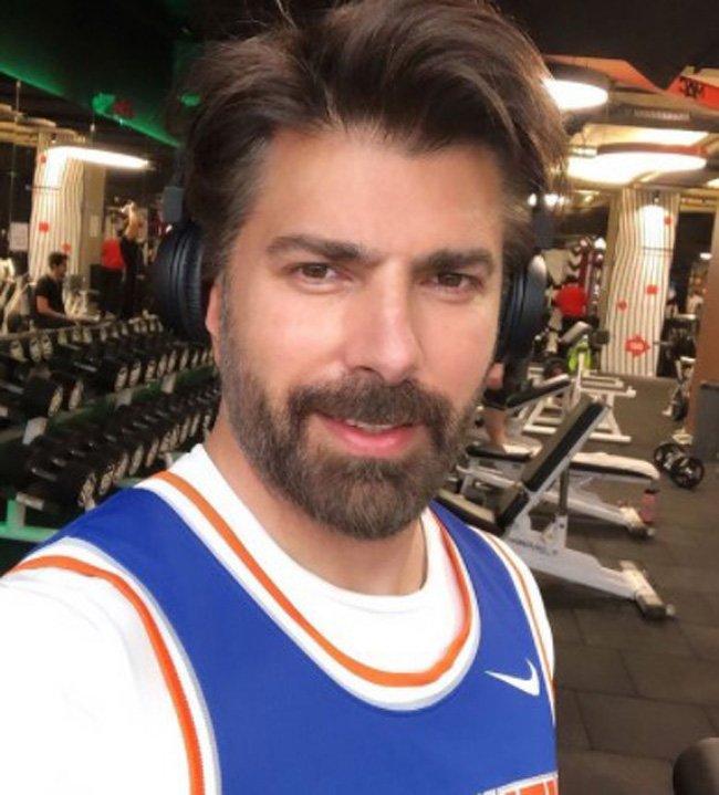 Cenk Torun w brodzie i długich włosach