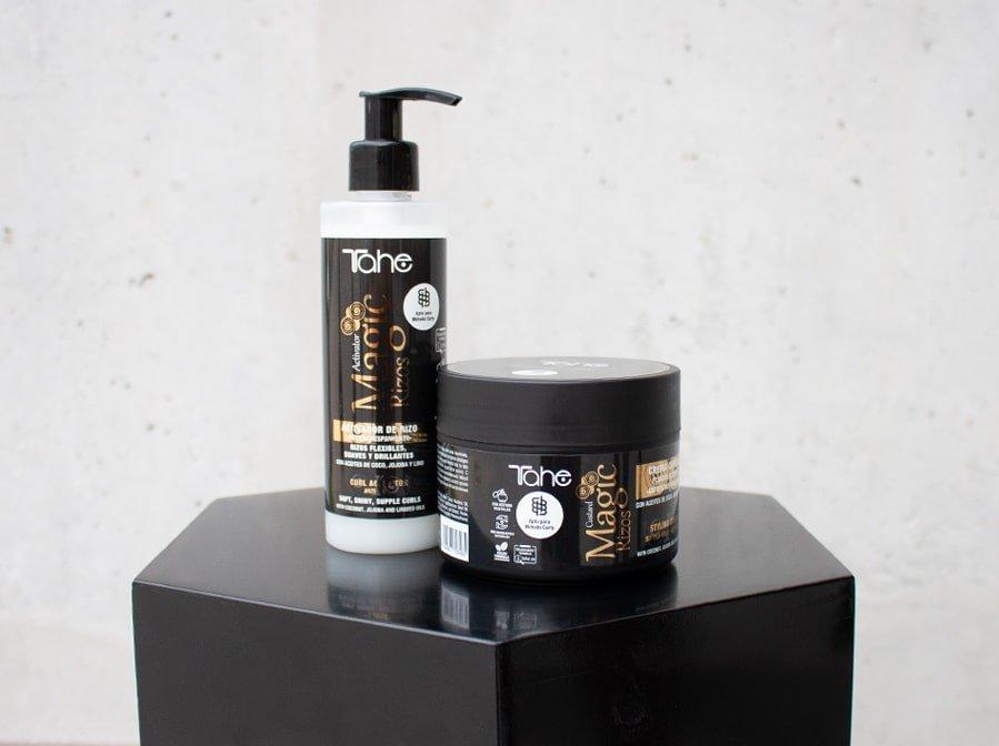 Stojak z 2 kosmetykami do pielęgnacji włosów kręconych w dozowniku oraz słoiku