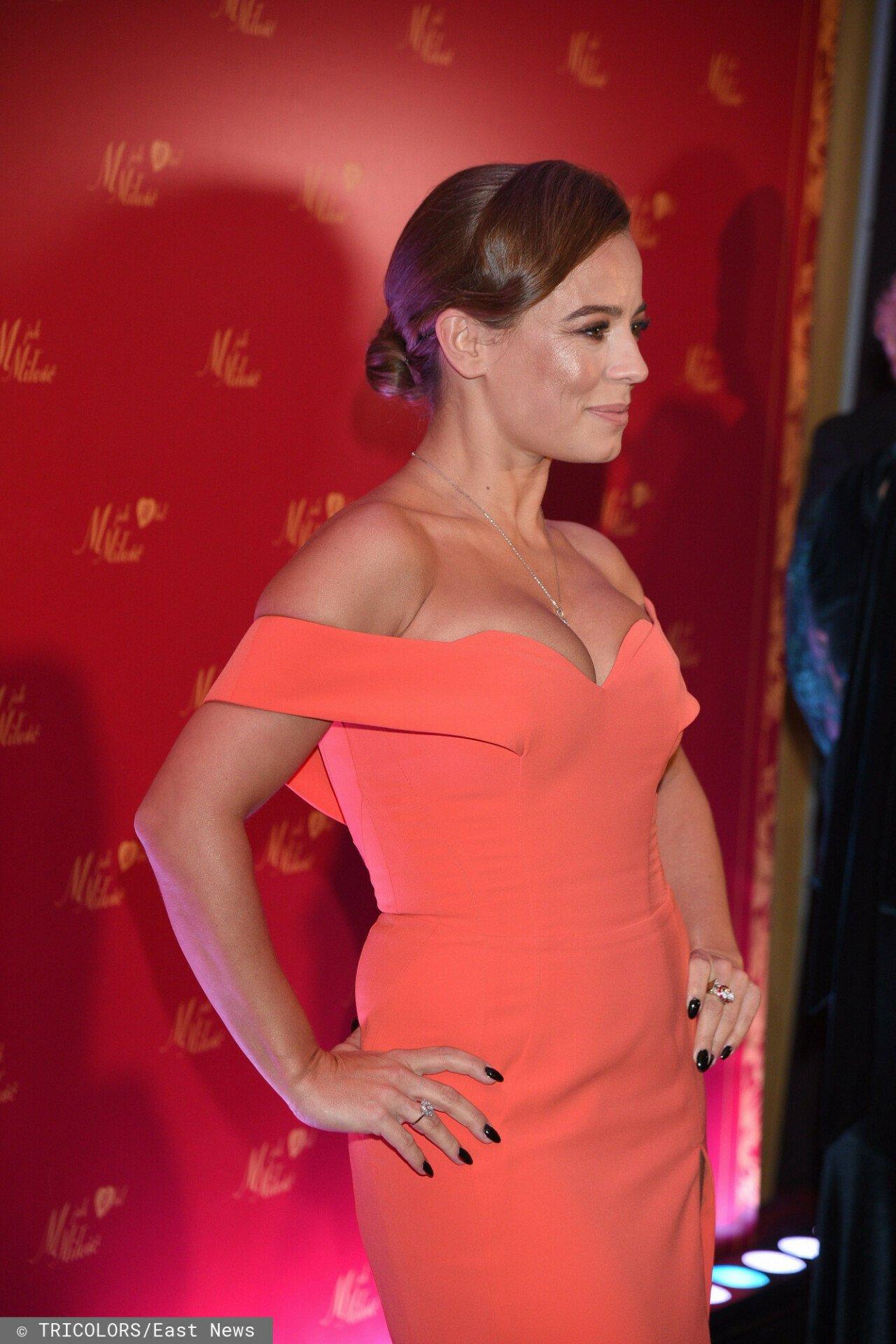Anna Mucha wygląda zjawiskowo w koralowej sukience.