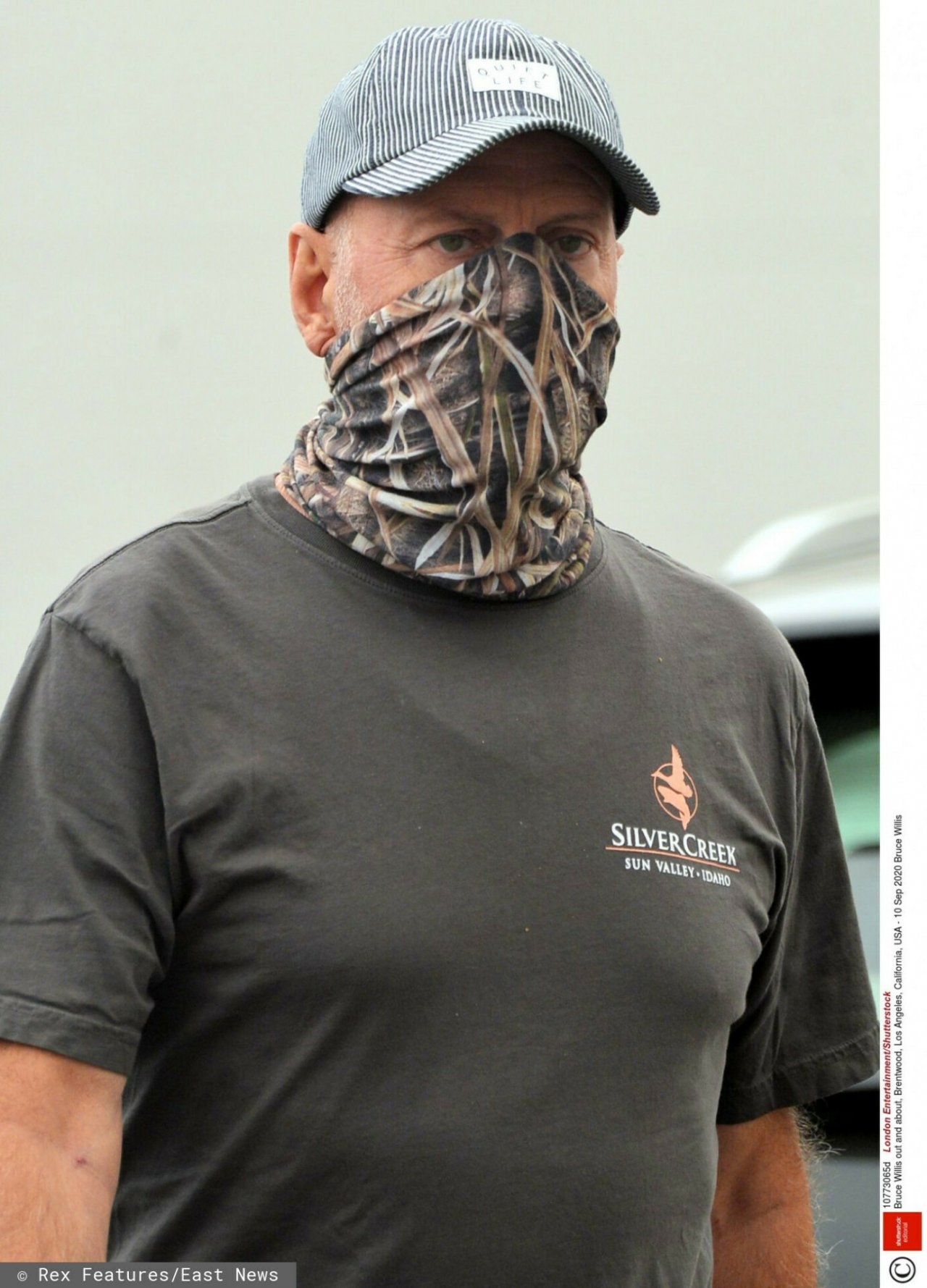 Bruce Willis w czapce i bandanie