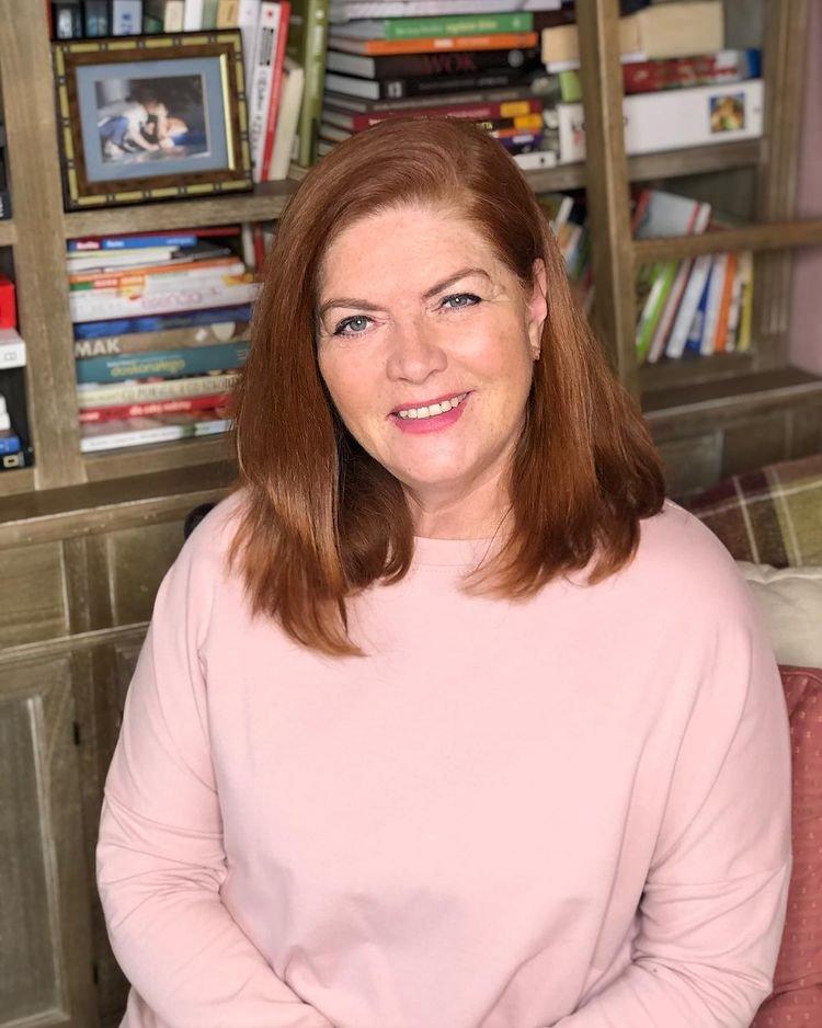 Katarzyna Dowbor w pudrowo-rózowym sweterku