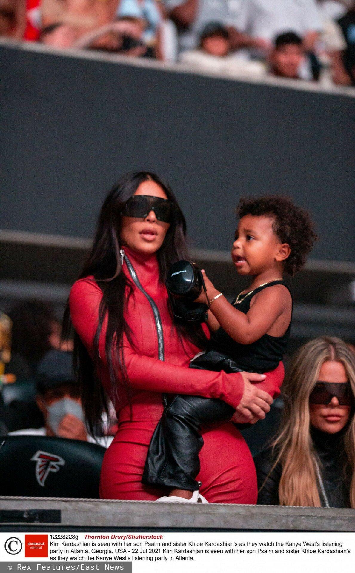 Kim Kardashian z synkiem w czerwonym stroju