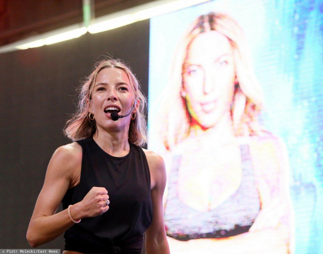 Ewa Chodakowska prowadzi zajęcia na targach sportowych.