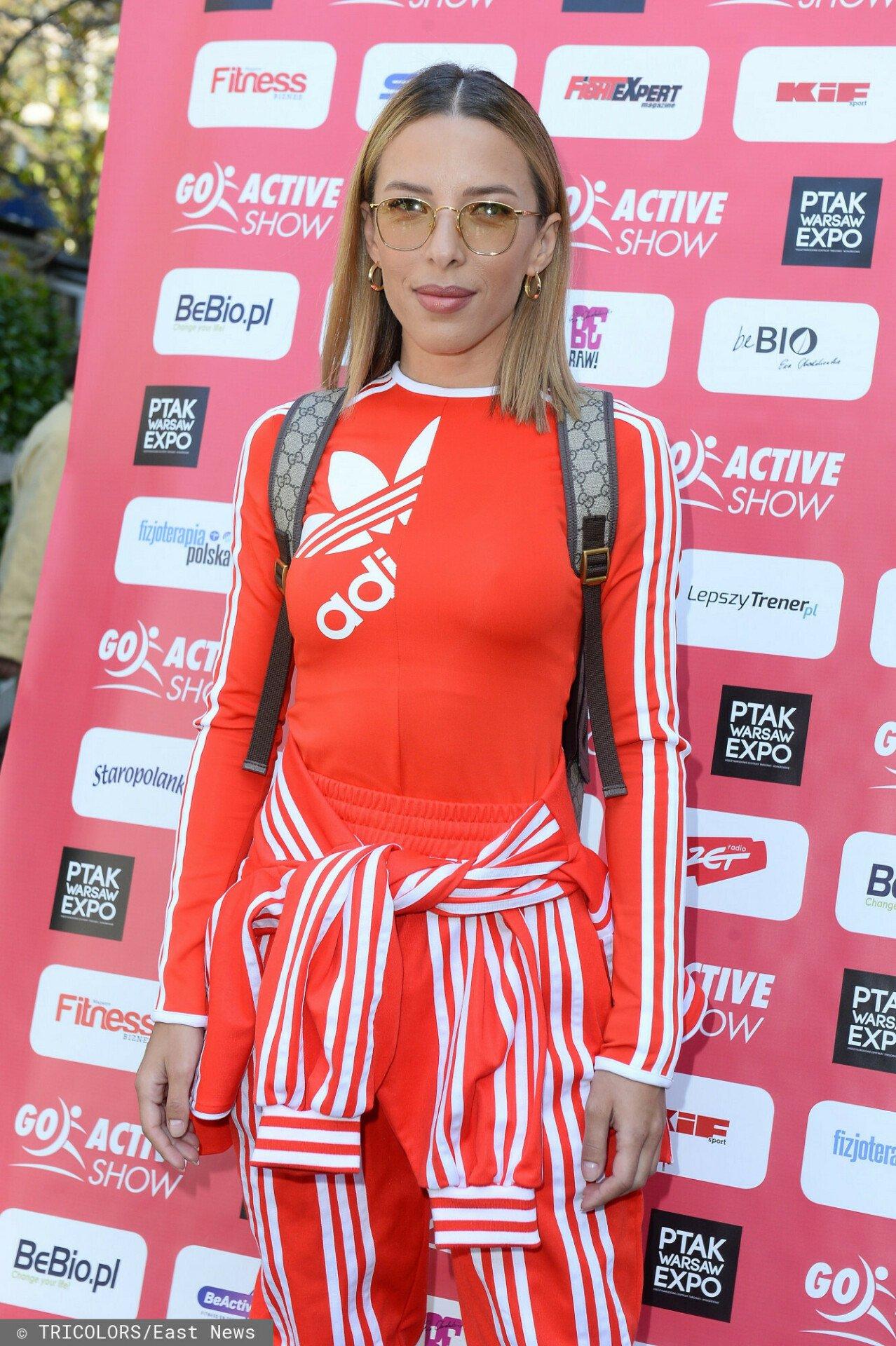 Ewa Chodakowska w jaskrawym stroju Adidas na konferencji prasowej.