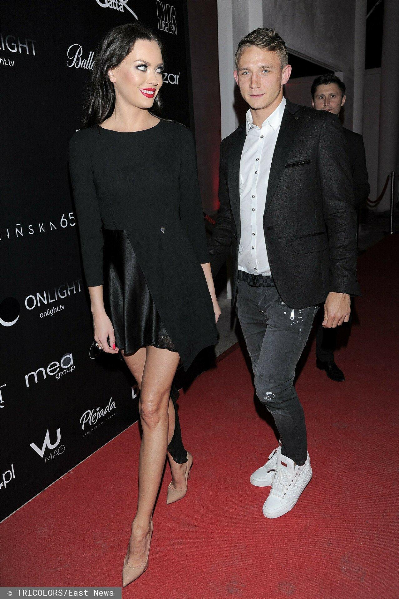 Jakub Rzeźniczak z partnerką na pokazie mody Paprocki