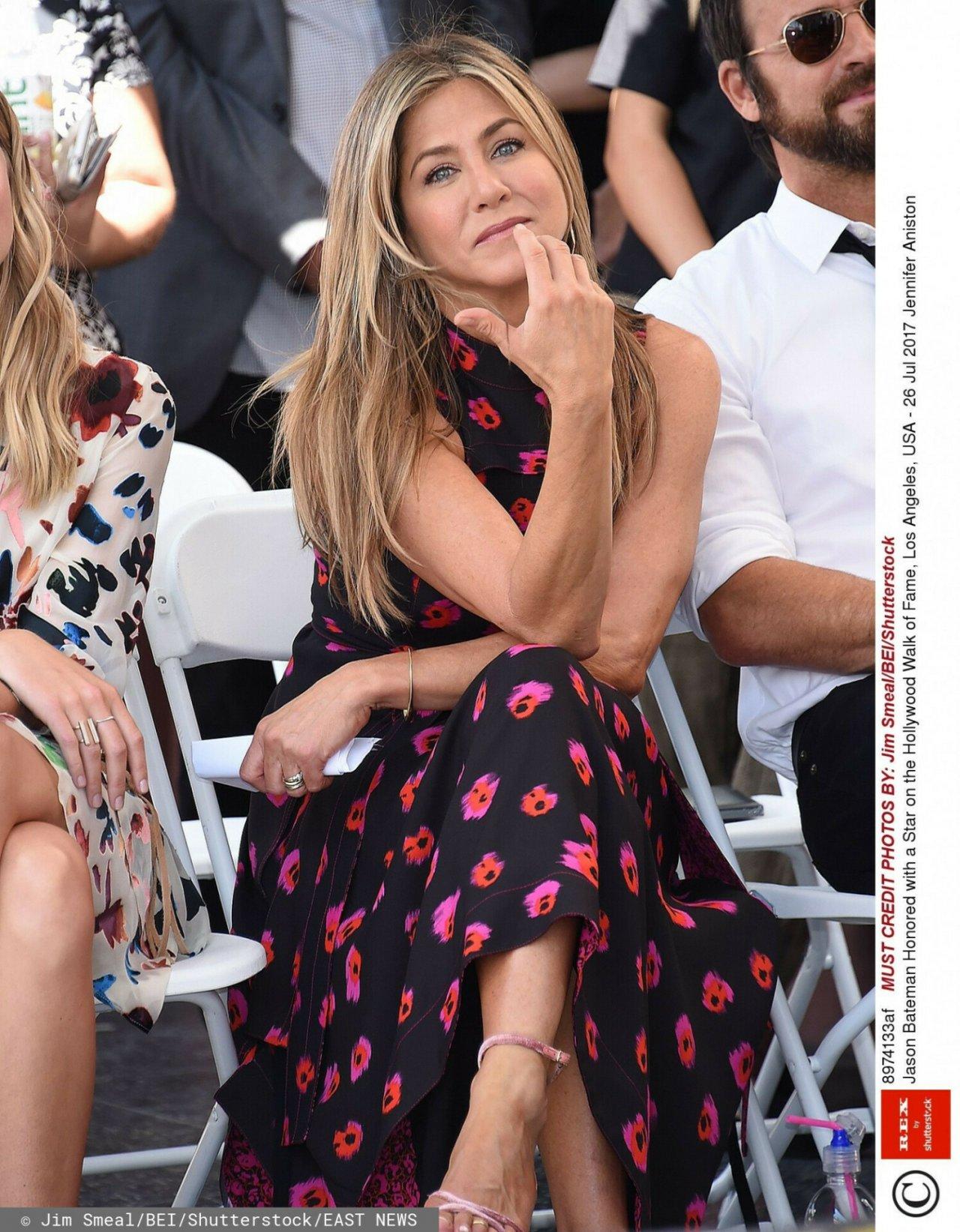 Zamyślona Jennier Aniston w sukience