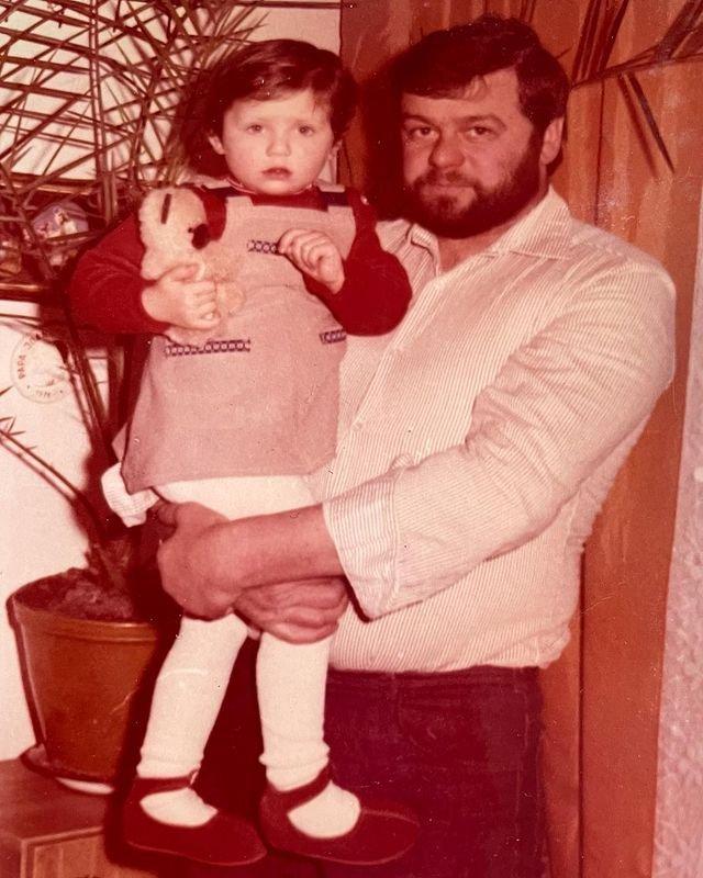 Zdjęcie z dzieciństwa Mai Plich z tatą