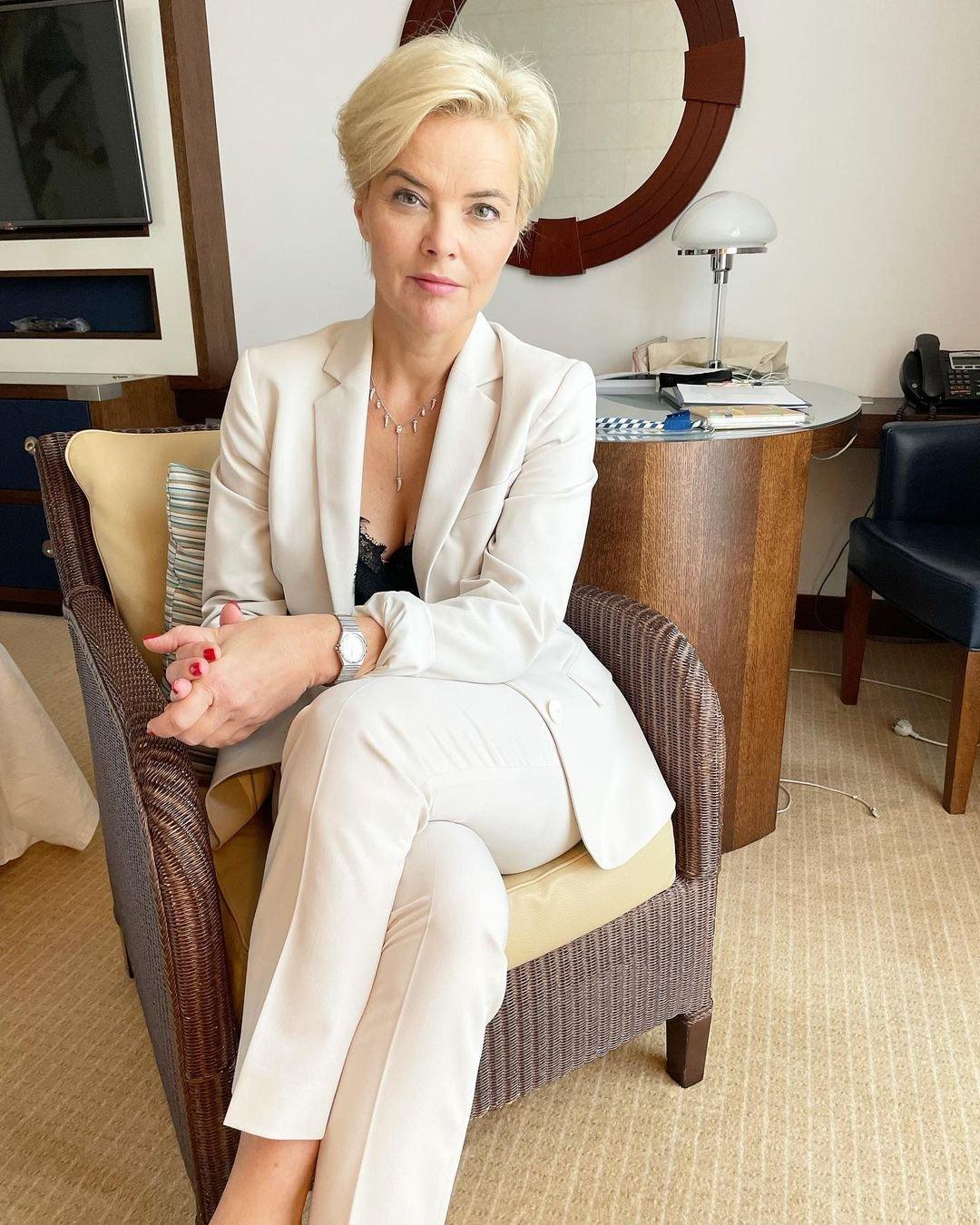 Monika Richardson w białym garniturze