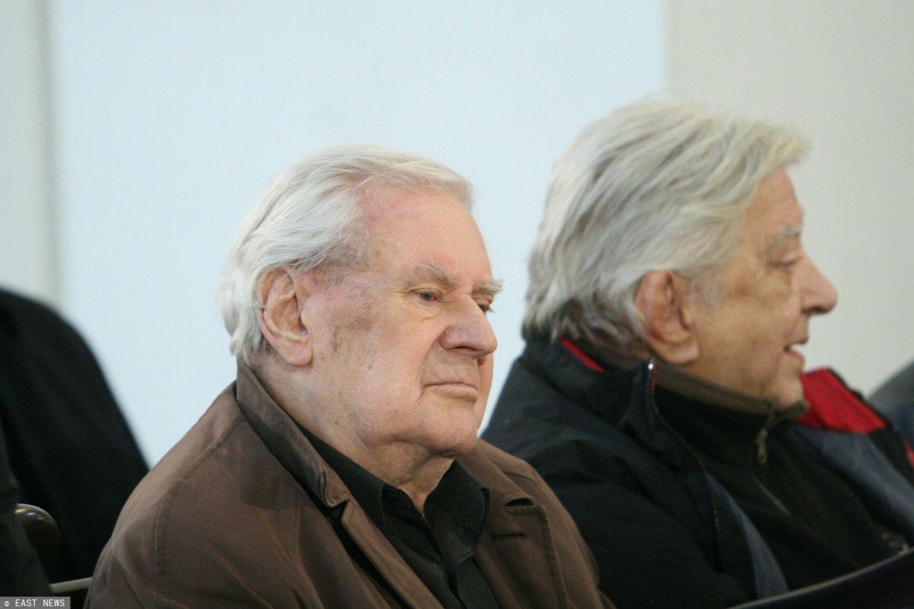 Zasmucony Wiesław Gołas siedzi w kościelnej ławce
