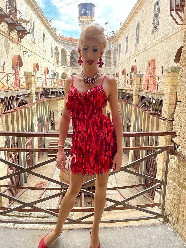Papina McQueen w czerwonej, krótkiej, błyszczącej sukience