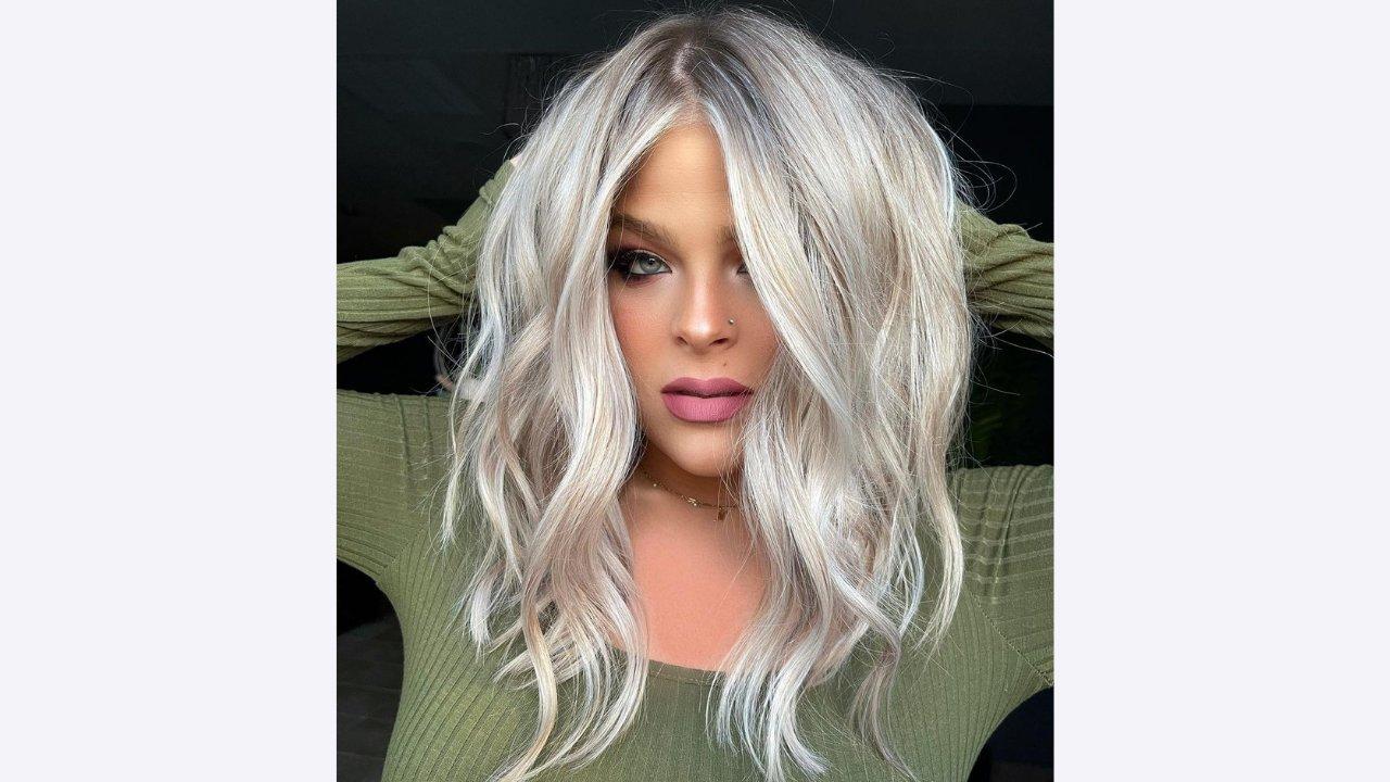 popielaty blond na falowanych włosach