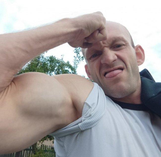 Ryszard Szczena pokazuje mięśnie