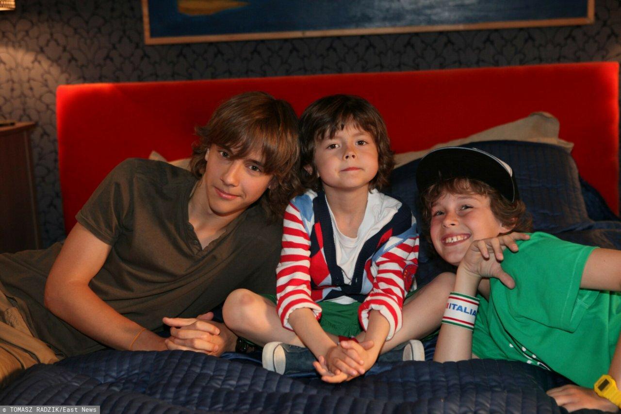 Chłopcy grający w serialu Rodzinka.pl na łóżku