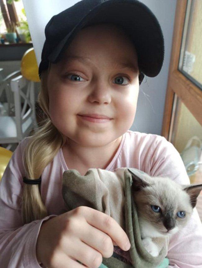 Małgosia Kląskała w czapce z kotem