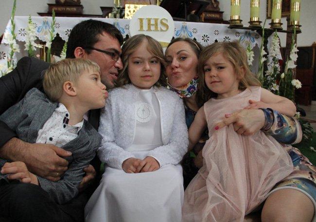 Małgosia Kląskała z całą rodziną w kościele