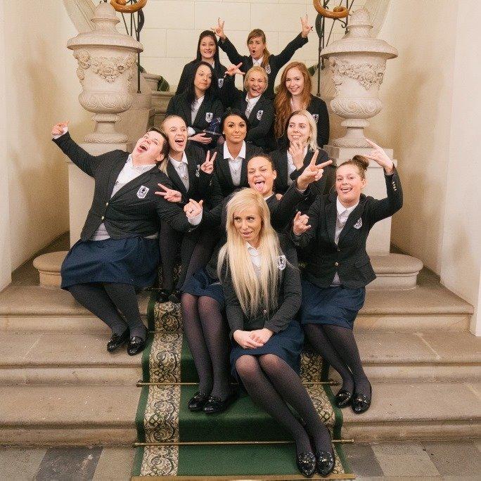 Uczestniczki programu Projekt Lady w mundurkach na schodach