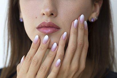 Jak zrobić paznokcie hybrydowe ombre? Manicure z efektem cieniowania krok po kroku