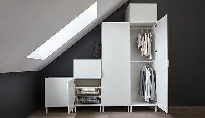 Garderoba na poddaszu – pomysły na szafy pod skosami