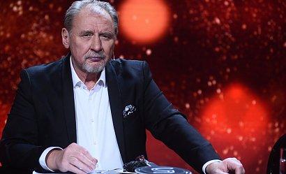 Andrzej Grabowski w długich włosach i brodzie. Fani są zmartwieni nowym wizerunkiem aktora