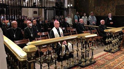 """Biskupi wprowadzają poprawki do modlitw! Zmiany nie ominą nawet """"Zdrowaś Maryjo"""""""