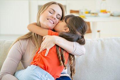 Praca w domu jest jak etat! Czy mama powinna dostawać za to wynagrodzenie? W jakiej wysokości?