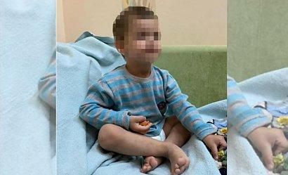 Trzyletnie dziecko zostawione samo w domu bez jedzenia i opieki. Matka wyjechała na urlop