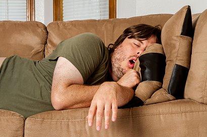 RADZIMY: To groźna choroba. Skąd się bierze i czym grozi bezdech senny?