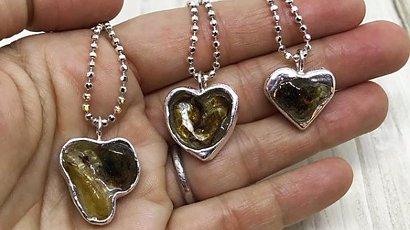 Jeśli kiedykolwiek zobaczysz taką biżuterię u matki, nie dotykaj jej! To bardzo osobista ozdoba