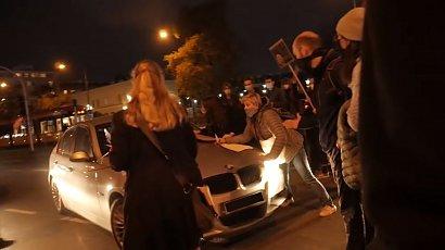 Z premedytacją potrącił dwie protestujące kobiety. Mimo to funkcjonariusz ABW nie usłyszy zarzutów