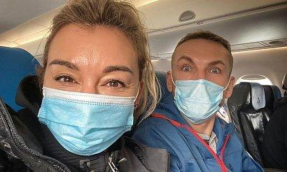 """Przemek Kossakowski na zdjęciu z maseczką. """"Unsub za tą szmatę ma twarzy"""" - komentują internauci"""