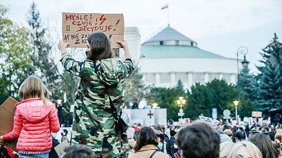 """Strajk Kobiet ostrzega przed prowokacjami. """"Straż Narodowa"""" mobilizuje się przed protestami"""