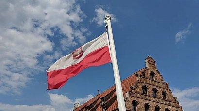 Rząd wyda 6 mln na maszty z polskimi flagami. Pieniądze wezmą z funduszu na COVID-19