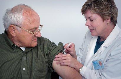 Czekasz na szczepionkę? Zaszczepienie 20 mln ludzi zajmie co najmniej rok - twierdzi ekspert