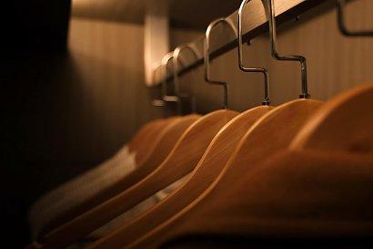 Stojak na ubrania jako ciekawy dodatek w korytarzu