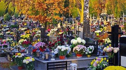 Kolejki na cmentarzach w całym kraju. Liczba zgonów w Polsce pobija kolejne rekordy