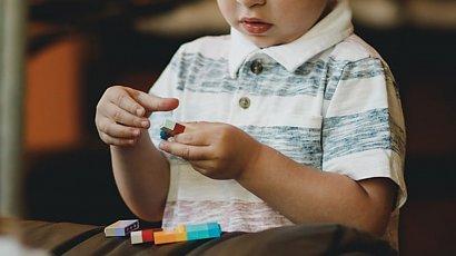 Nietypowa zabawa 4-latka związana z porodem wzbudziła kontrowersje. Matki są oburzone