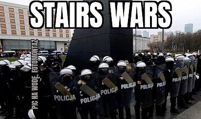 Policjanci otoczyli pomnik smoleński podczas Strajku Kobiet. Internauci tworzą memy