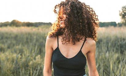 Rewelacyjne kosmetyki do pielęgnacji kręconych włosów