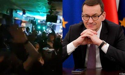 """Do sieci wyciekło nagranie z warszawskiego pubu! Tłum bawi się mimo pandemii i skanduje """"je*ać PiS"""""""