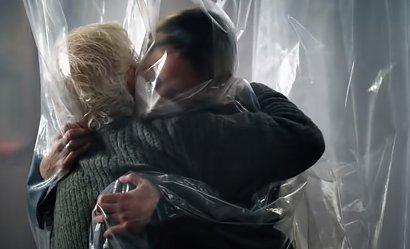 Pokój do przytulenia w czasie pandemii. To najbardziej wzruszająca rzecz, jaką dziś zobaczysz