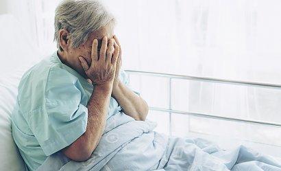 Tragedia w szpitalach: Rodziny nie chcą zabierać starszych osób po koronawirusie do domów