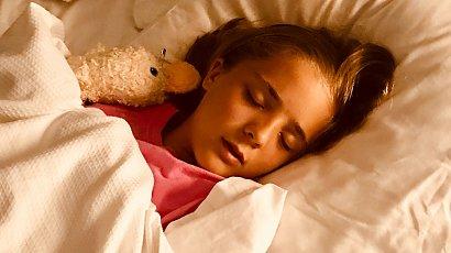 """""""Moja 7-letnia córka boi się spać sama. Co noc budzi się z płaczem! Jestem już wykończona. Co robić?"""""""