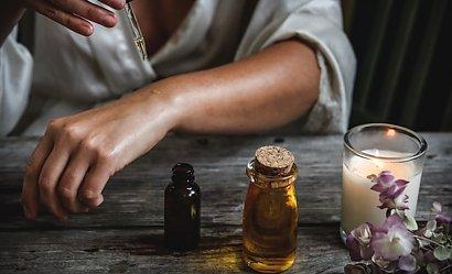 Naturalne olejki przeciwzmarszczkowe. Wybierz najlepszy dla Ciebie