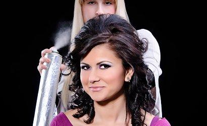 Postarzające fryzury - 9 błędów, które dodają lat
