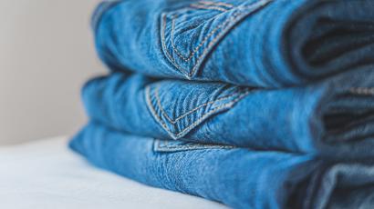 Jeansy dopasowujące się do każdej figury? Takie spodnie zostały stworzone przez projektantów Zary