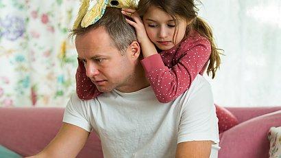 """""""Mąż nie chce, żeby córka bawiła się z innymi dziećmi, bo uważa je za głupsze, a mi robi wstyd"""""""